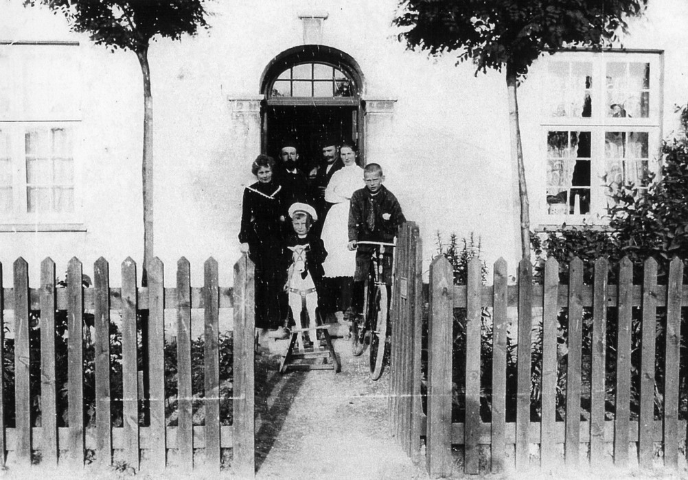 Broderskabsvej 15. Familien Weitzmann ses ved indgangsdøren ca. 1903 - Foto: Johan Weitzmann