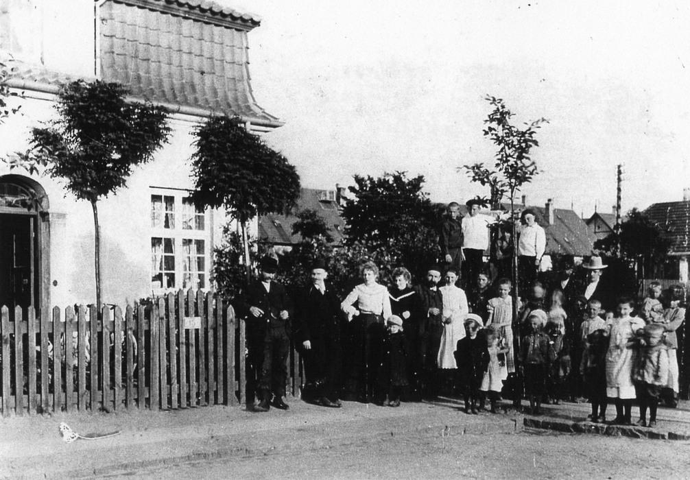 Broderskabsvej 15. Familien Weitzmann ses med naboer foran huset ca. 1903 - Foto: Johan Weitzmann