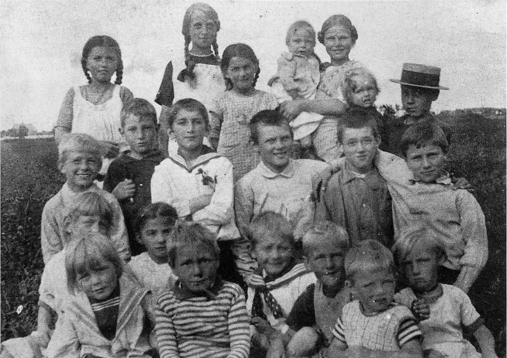 Nogle af kvarterets børn i 1900-tallets første årti på en af de marker, der omgav kolonien - Foto hos Claus Kortzau