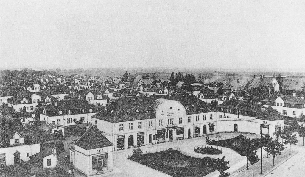 """Udsigt over arbejderkolonien med forretningsbygningen, """"Buen"""" i forgrunden - set fra Peter Bangs Vej mod sydvest ca. 1903 - Foto: Johan Weitzmann"""
